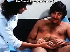 Brunette whore Linda Lovelace gives deepthroat blowjob to Harry Reems